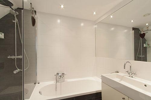Badkamer grote tegels badkamer grijze tegels consenza for - En grijze bad leisteen ...