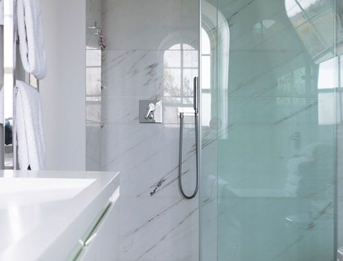 Moderne badkamer met op maat gemaakte elementen