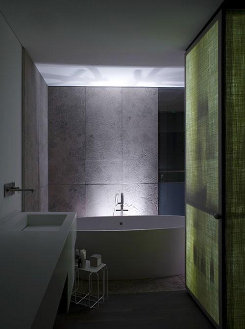 Moderne badkamer van penthouse in Turijn