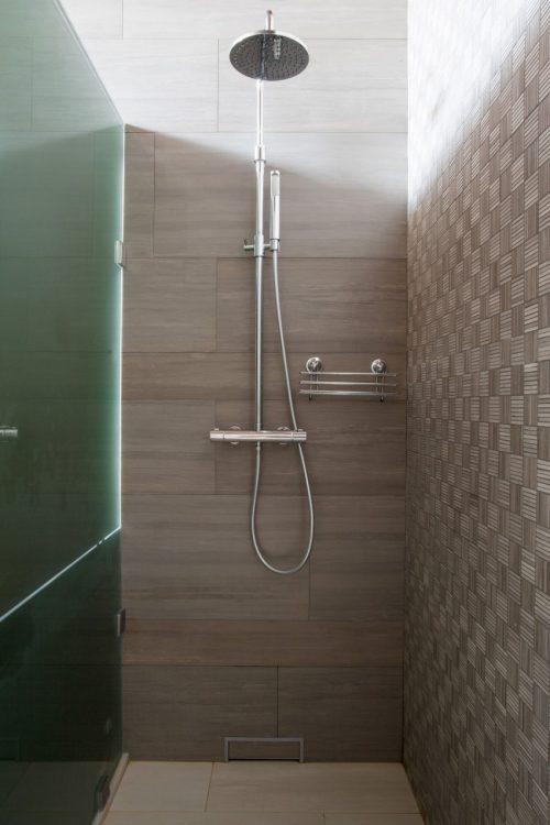 Moderne badkamer met rustieke sfeer