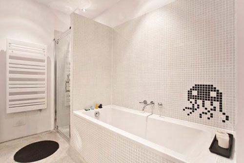 Moderne badkamer met space invader icoon