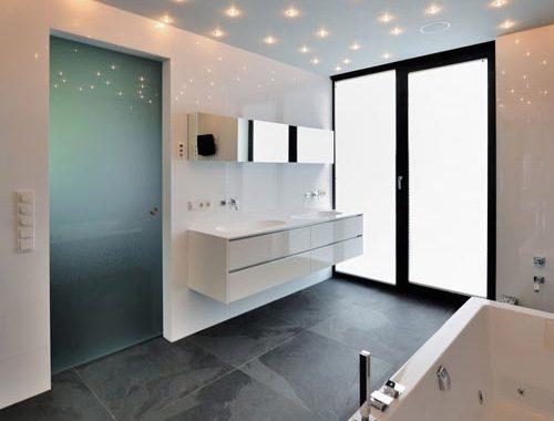 Moderne badkamer met sterrenhemel van spotjes