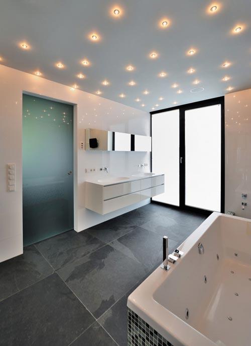 Moderne badkamer met sterrenhemel van spotjes - Badkamers voorbeelden