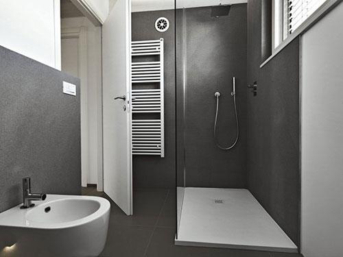 Moderne badkamer met grijs witte kleurenpalet