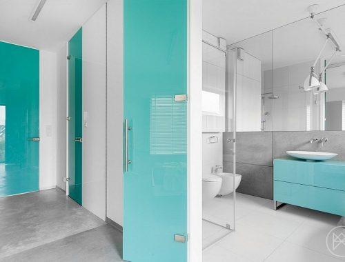 Moderne badkamer met turquoise accenten