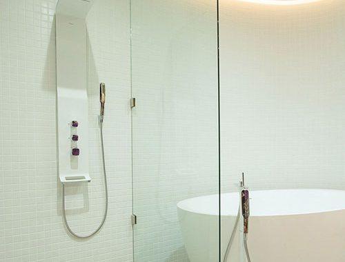 Moderne badkamer met vaste houten kast