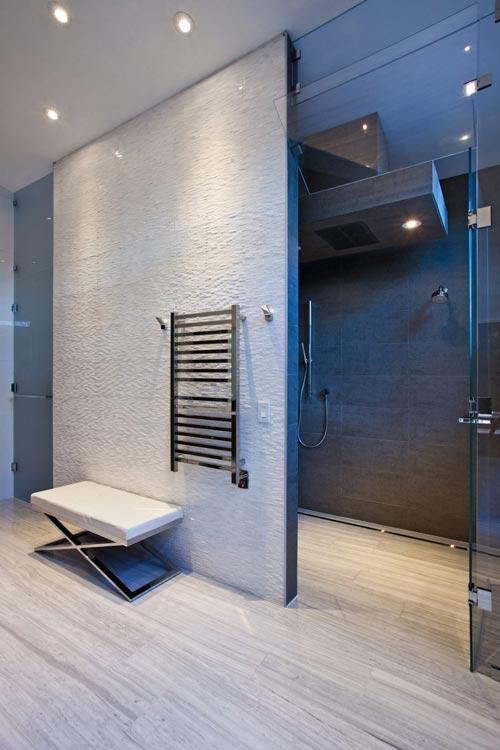 Moderne badkamer met verschillende texturen badkamers voorbeelden - Badkamer in lengte ...