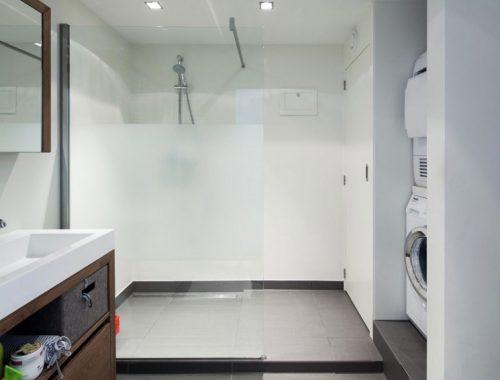 Moderne badkamer van woonboot