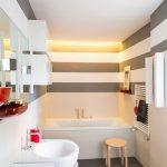 De twee moderne badkamers met gietvloer van La Casa Studio