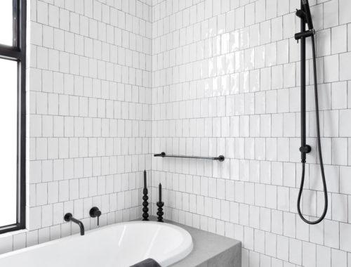 Moderne eigentijdse badkamer met bad én open douche
