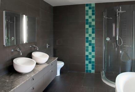 moderne-grijze-badkamer-met-turquoise