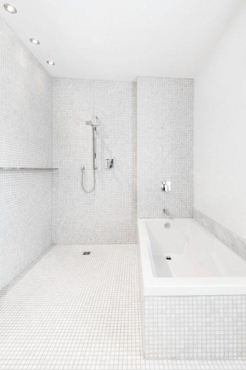 Moderne l-vormige badkamer