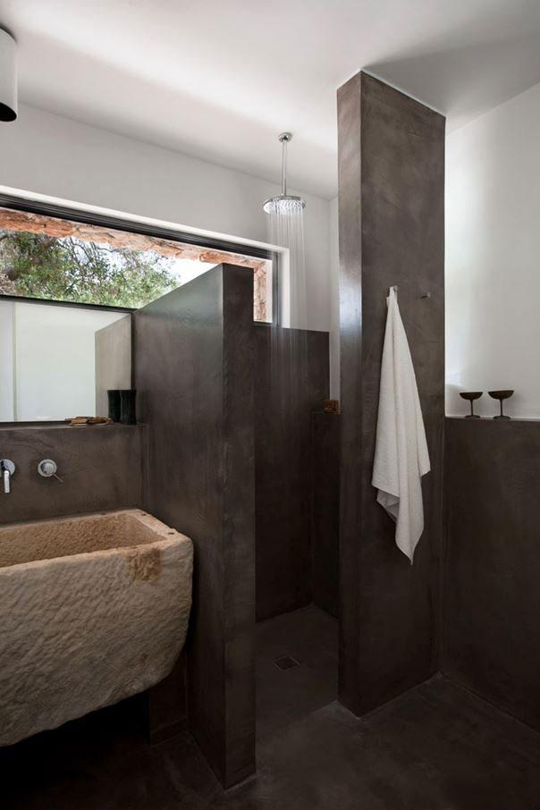 Moderne landelijke badkamer met betonstuc