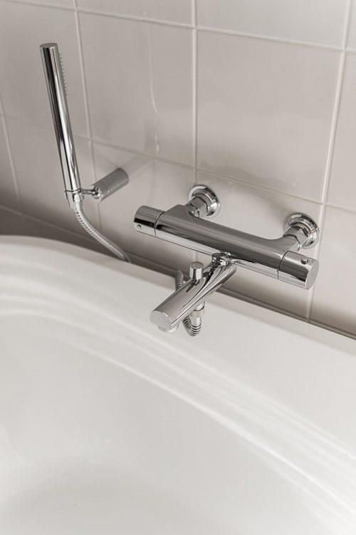 Moderne landelijke badkamer met moderne gemakken