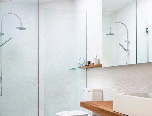 Moderne lichte badkamer met houten items