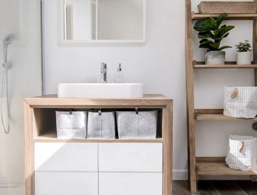 Moderne lichte badkamer met mix van verschillende vloer- en wandafwerkingen
