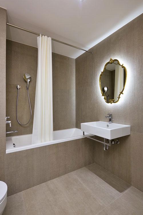 Moderne lichtgrijze badkamer