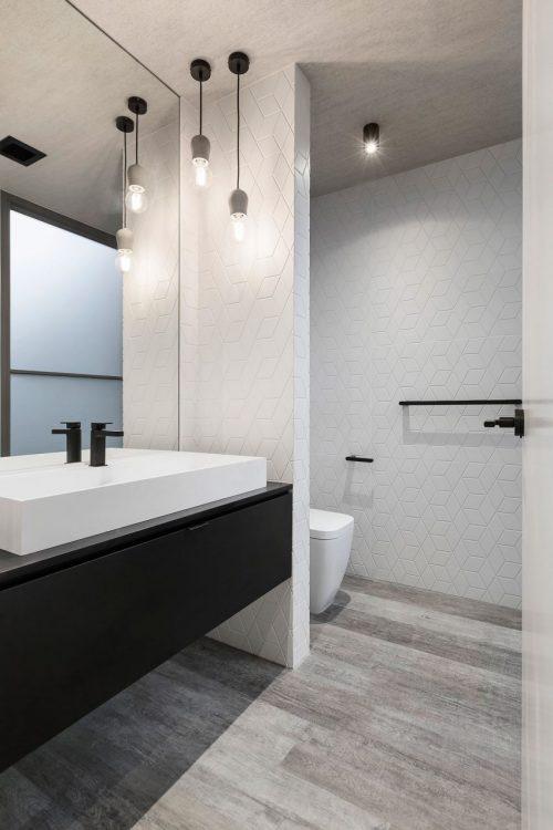 Moderne luxe badkamer met houten vloer