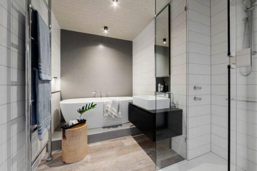 Moderne luxe badkamer met houten vloer badkamers voorbeelden - Badkamer houten vloer ...