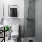 Moderne minimalistische badkamer met grijze mozaïektegeltjes