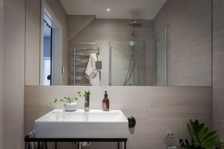 Moderne moderne badkamer van een turnkey appartement