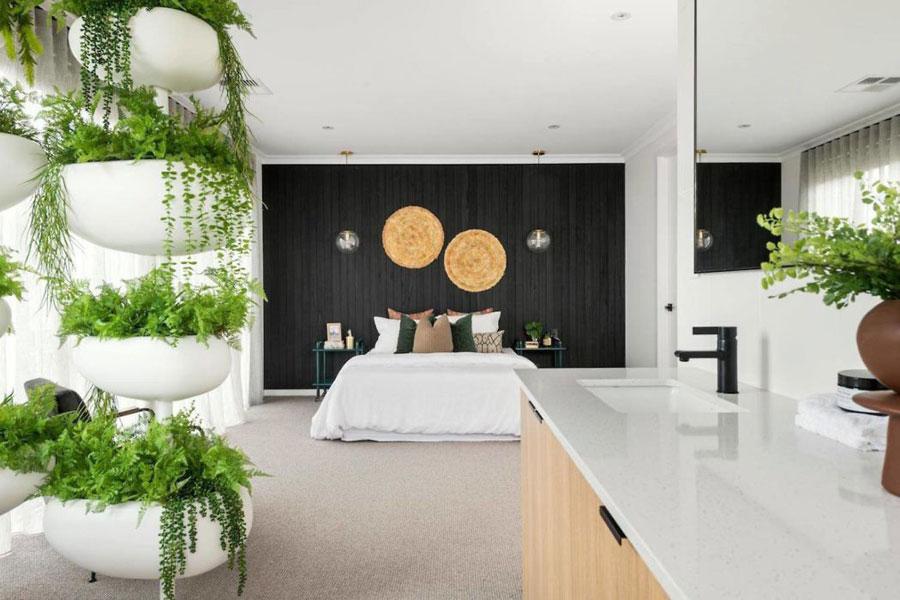 Moderne open badkamer in slaapkamer suite