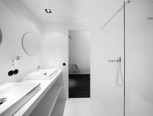 Moderne pre-fab badkamer in een karakteristieke slaapkamer