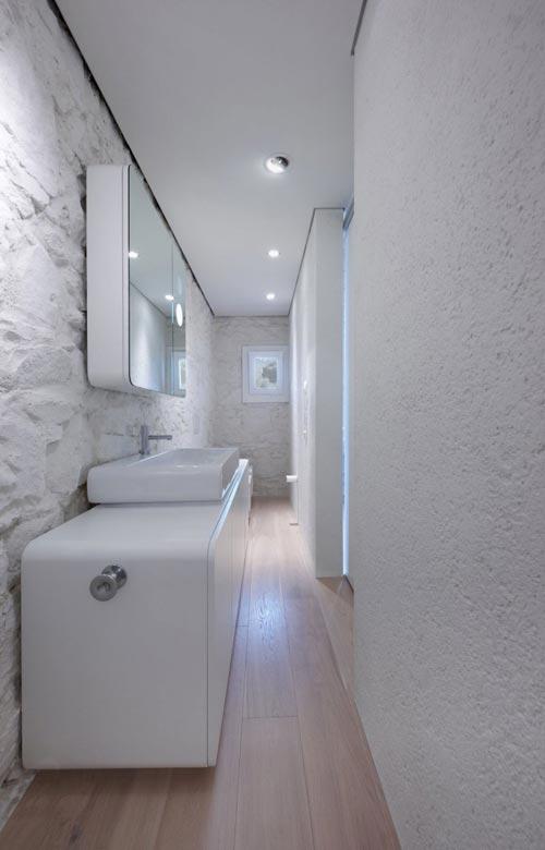 Moderne smalle badkamer
