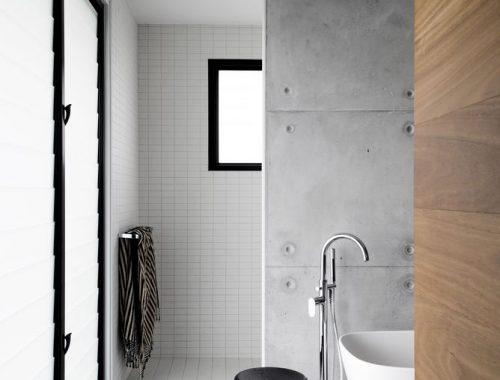 Moderne stoere badkamer van een voormalige kerk