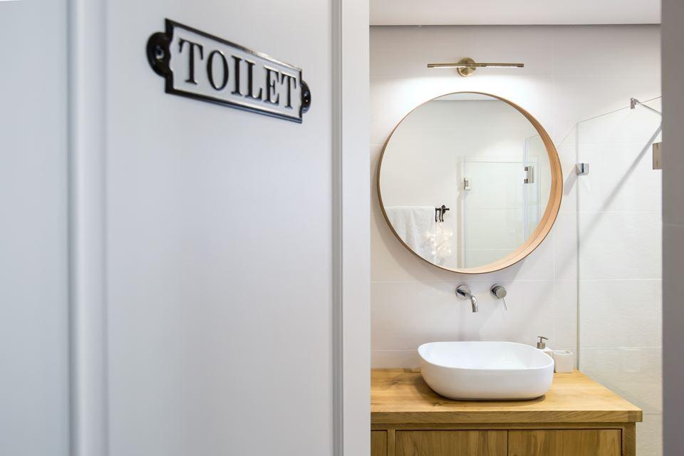 Hexagon Tegels Badkamer : Moderne strakke badkamer met hexagontegels en houten accenten