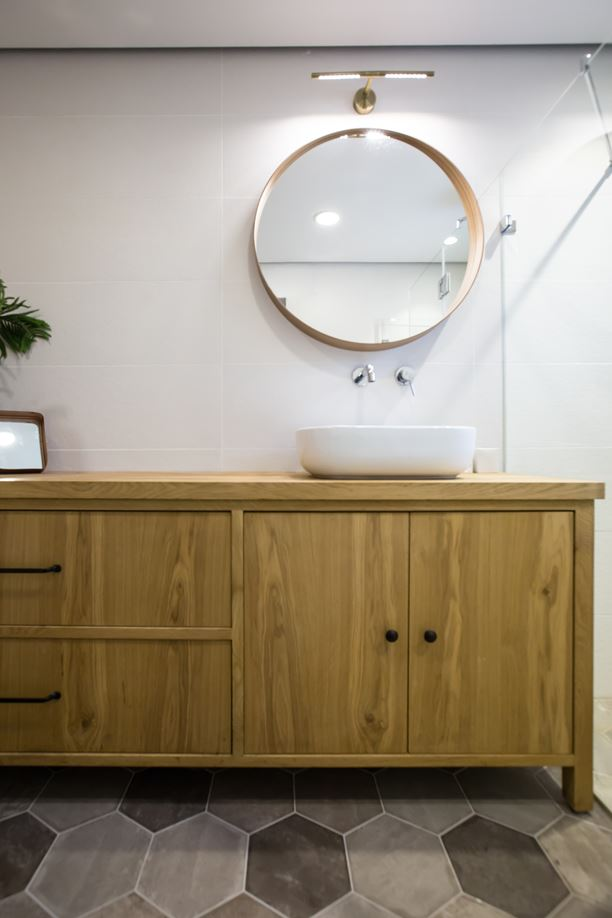Moderne strakke badkamer met hexagontegels en houten accenten