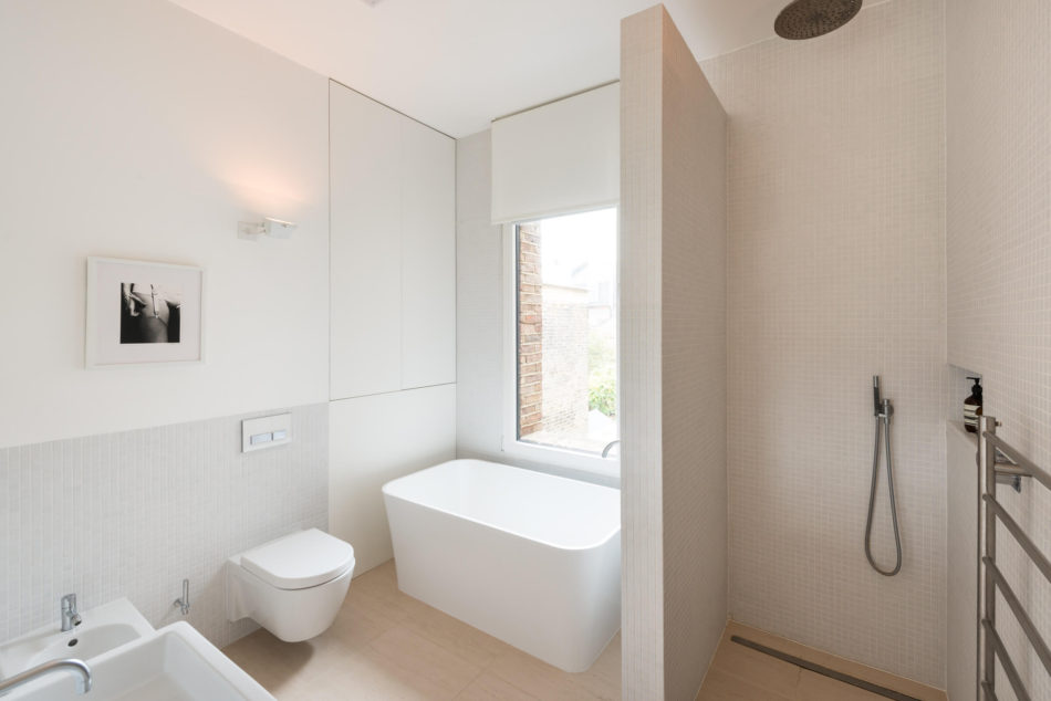 Moderne strakke badkamer in een karakteristieke Victoriaanse woning