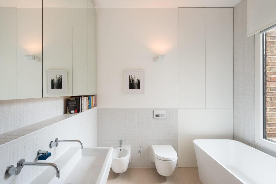 Moderne strakke badkamer in een karakteristieke Victoriaanse woning ...