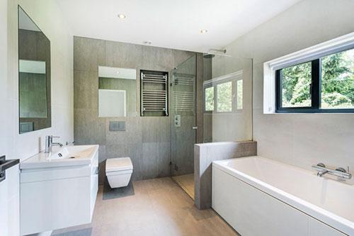 Moderne villa badkamer alle moderne gemakken badkamers for Bathroom ideas uk 2015