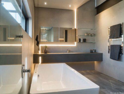 Moderne warme badkamer door architect Nico van der Meulen