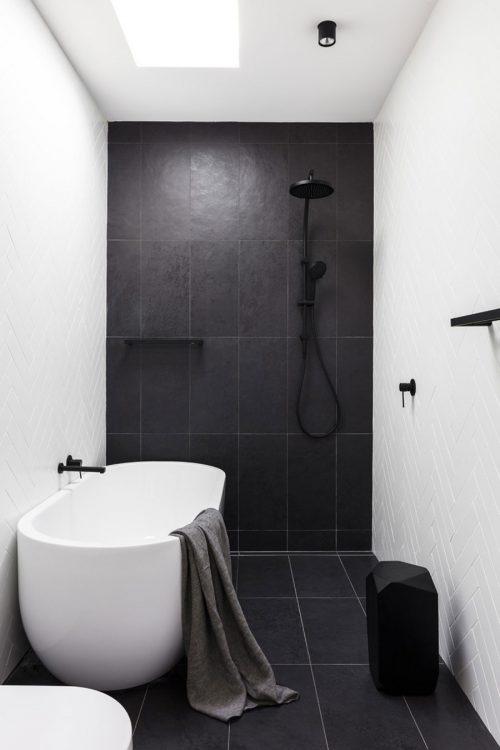Moderne zwart wit badkamer met witte visgraat wandtegels