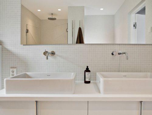 Moderner minimalistische badkamer van een droomvilla uit 1969
