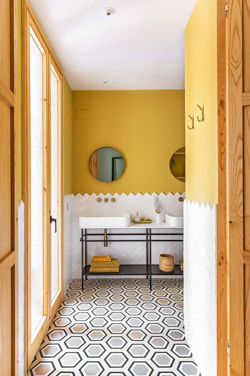 Mooi badkamerontwerp met okergele muren