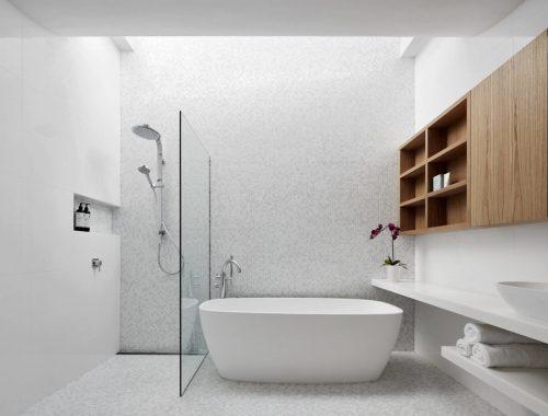 Mooi wit badkamerontwerp met eiken houten kast