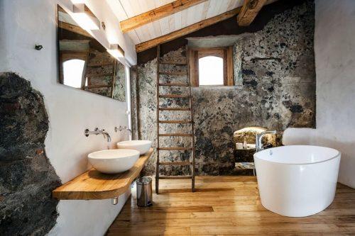 http://www.badkamers-voorbeelden.nl/afbeeldingen/mooie-badkamer-boetiekhotel-monaci-delle-terre-nere-500x333.jpg