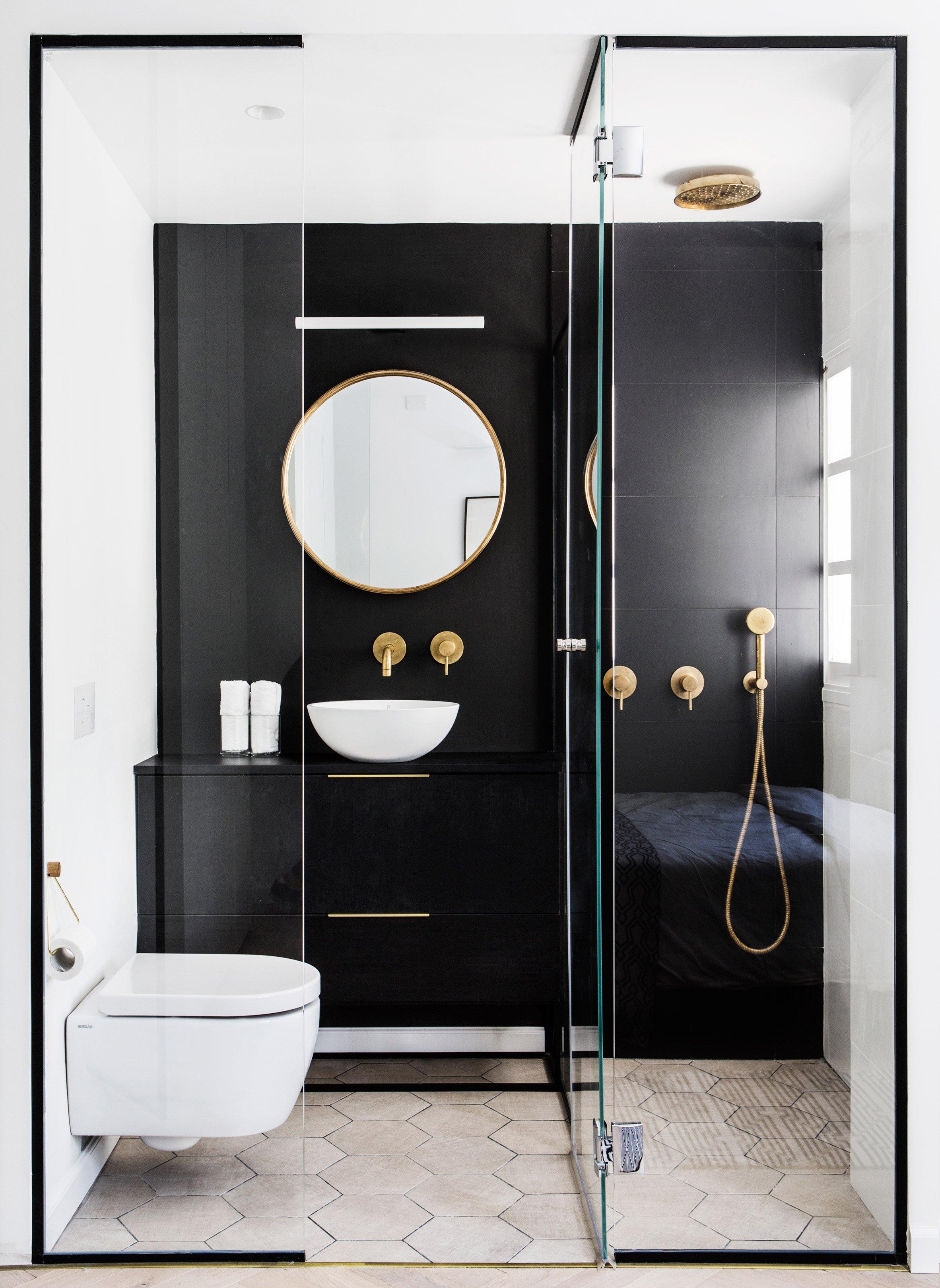 Mooie badkamer en suite met glazen deur en wanden - Badkamers ...