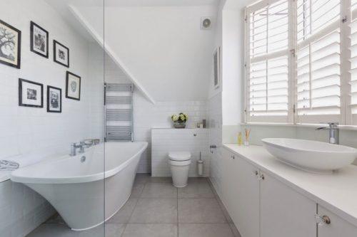 Mooie Badkamers Fotos : Mooie badkamers met grote badkuip stock foto afbeelding