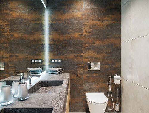 Mooie badkamer met een cortenstaal muur