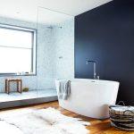 Mooie badkamer met luxe maatwerk voorzieningen