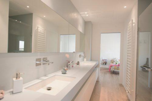 Badkamers voorbeelden » Mooie Italiaanse badkamer met houten vloer