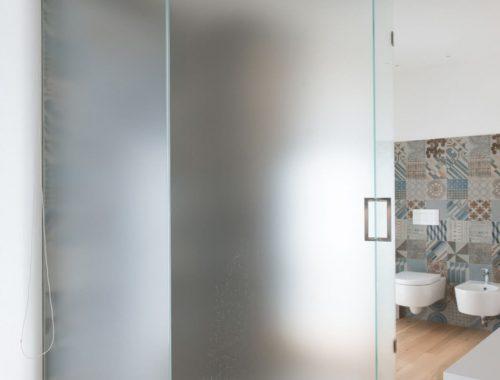 Mooie Italiaanse badkamer met houten vloer