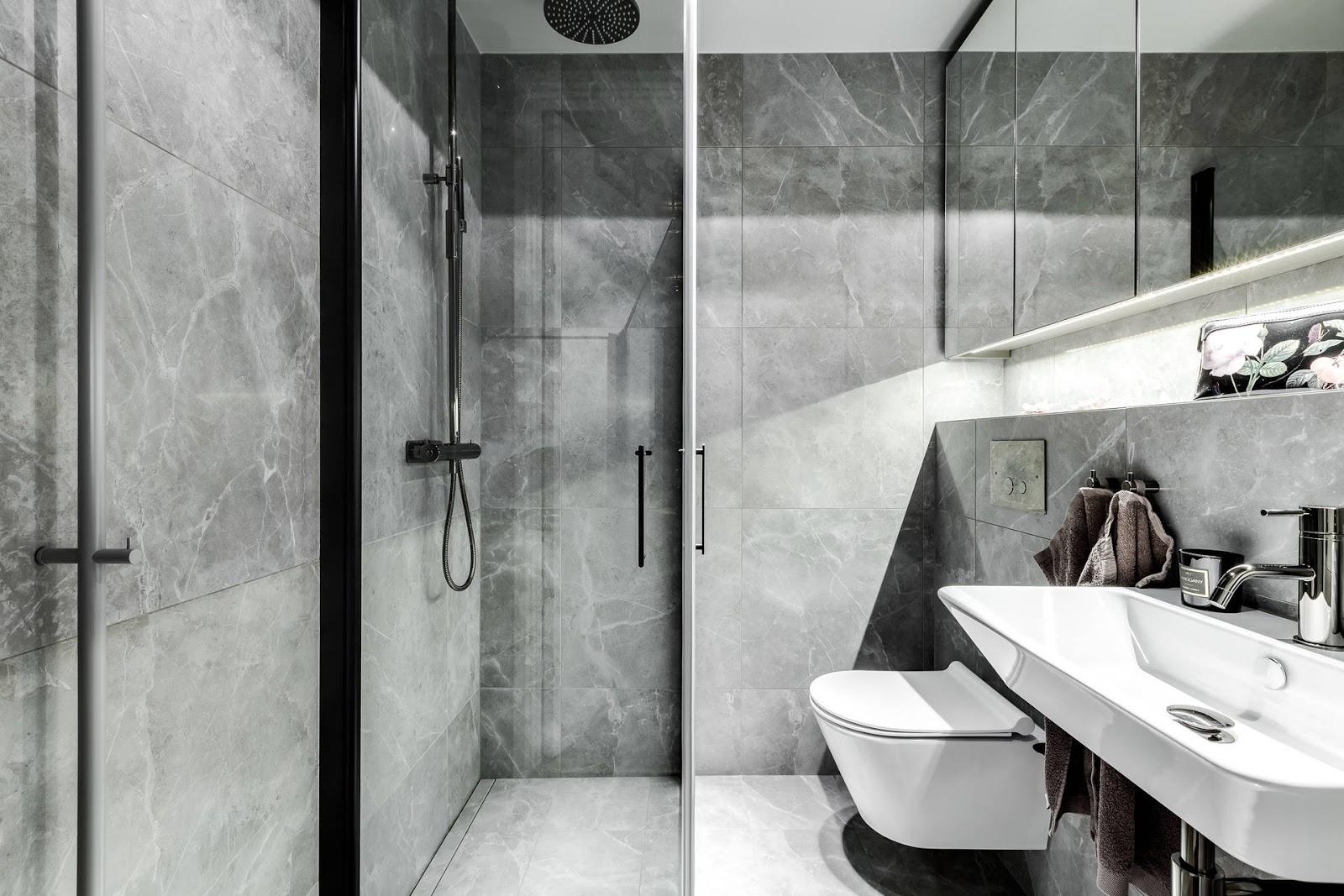 Mooie kleine badkamer met donkere marmeren tegels