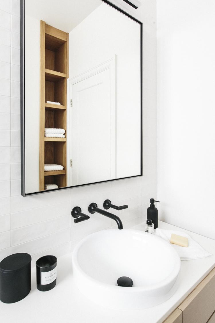Mooie kleine badkamer met mix van verschillende materialen