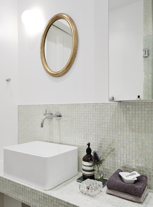 Mooie kleine badkamer van 4m2 met kleine mozaïektegeltjes