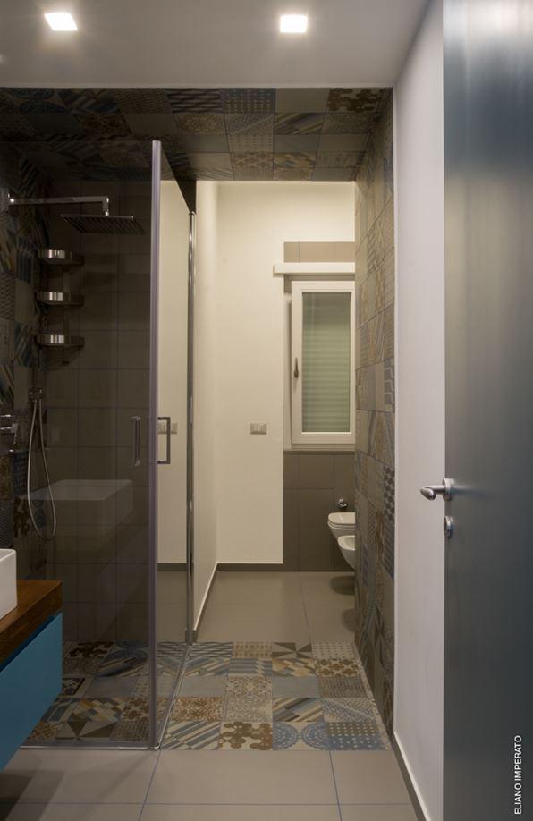 Mooie moderne badkamer met een apart toilet gedeelte